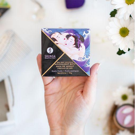 Shunga Moonlight Bath sól do kąpieli z afrodyzjakami fioletowa - owoce egzotyczne - 75 g